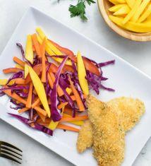 Dedos de Pollo al Horno con Ensalada Arco Iris de Repollo con Mango