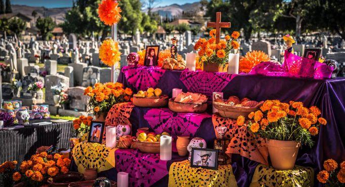 An altar at a cemetery for Día de los Muertos