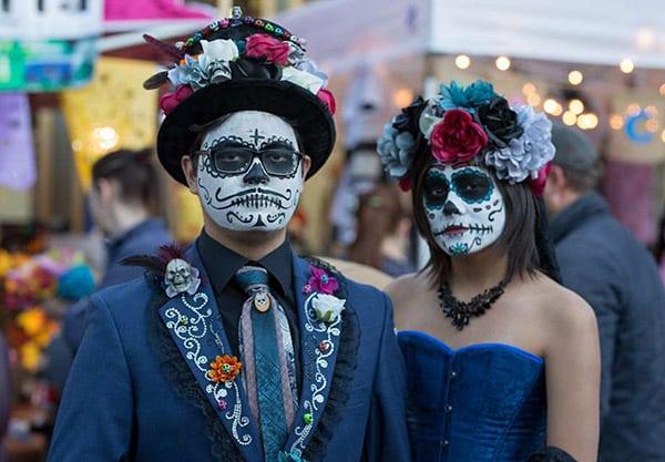 A couple with sugar skull make-up celebrates Día de los Muertos